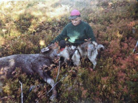 1976: Elgjeger Jan Sandnes etter et elgfall sør for Setertjønna i 1976.