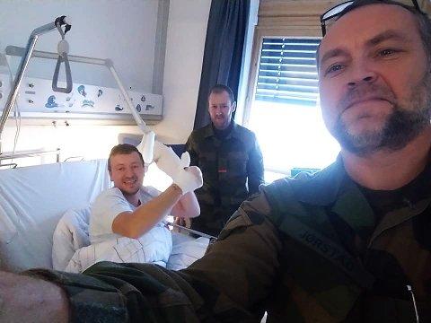 SYKEBESØK: Troppsjef John Ivar Selliås og områdesjef Jan-Henrik Jørstad besøkte søndag den skadde HV-soldaten Morten Gylland på Sykehuset Namsos.