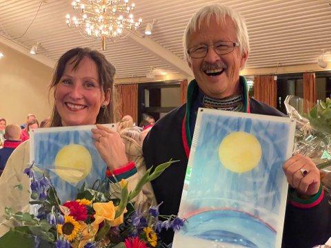 KULTURPRISER: Cecilia Persson og Bierna Leine Biente ble i helga tildelt sørsamisk kulturpris under den sørsamiske festivalen Raasten Rastah på Røros. Det er kunstner Meerke Laimi Thomasson som har laget diplomen de fikk i tillegg til prispengene.