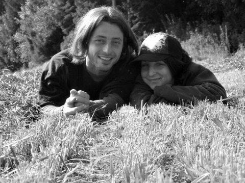 JORDBÆRPLUKKERE: Dette bildet av Jarri og Irena er fra Inderøy, den sommeren de to fra den samme tsjekkiske småbyen møttes i jordbæråkeren.