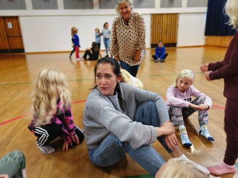 REGISSØR: Skuespiller, sanger, danser og regissør Terese Moe Dahle fra Namsos, blir regissør for Snåsa kulturskoles oppsetning av musikalen «I sjøormens buk». Bak rektor i musikkskolen, Siv Eggen, sammen med flere av forestillingens «småtroll».