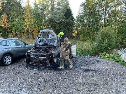BILBRANN: Lørdag morgen ble det meldt om bilbrann i Snåsa. Brannvesenet rykket raskt ut for å slukke brannen.