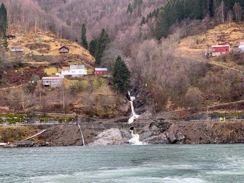 STOR JORDSKRED: Slik ser jordskredet ut frå fjorden. (Foto: Geir Ove Engebø)