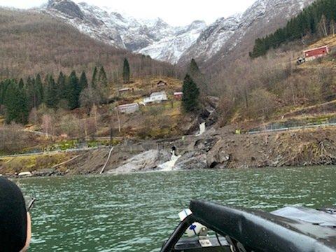 SET OPP BÅTRUTE: Det blir sett opp båtrute frå Fresvik til Vik for å koma forbi det 60 meter breie jordskredet som har gått over fylkesvegen. (Foto: Geir Ove Engebø)