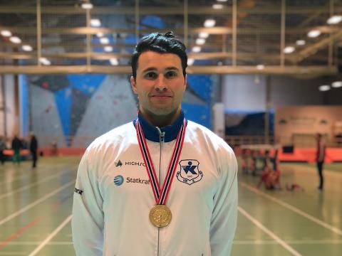 NM-GULL: Henrik Holmberg sette ny personleg poengrekord og vart noregsmeister i mangekamp innandørs. (Foto: Privat)