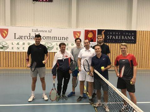 TURNERING: Denne gjengen stilte i lærdals første tennisturnering. (Foto: Privat)