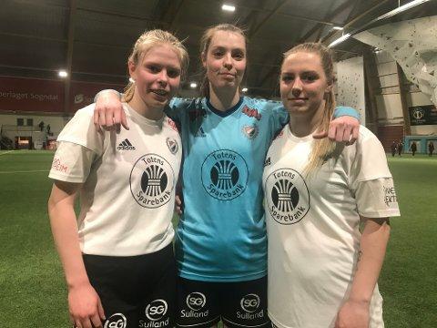 TIL MINNE OM BROREN: Agnethe Gjerde Stølen (15), Marthe Gjerde Stølen (22) og Beate Gjerde Stølen (24) mista broren Eirik til sjølvmord i fjor. I dag spelte dei LEVE-kamp i Sogndal.