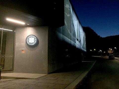LÅGE BESØKSTAL OG KORT SESONG: Norsk reiselivsmuseum i Balestrand har slite med fleire utfordringar. No varslar museumsdirektør Kjartan Aa Berge at noko skal gjerast. (Arkivfoto)