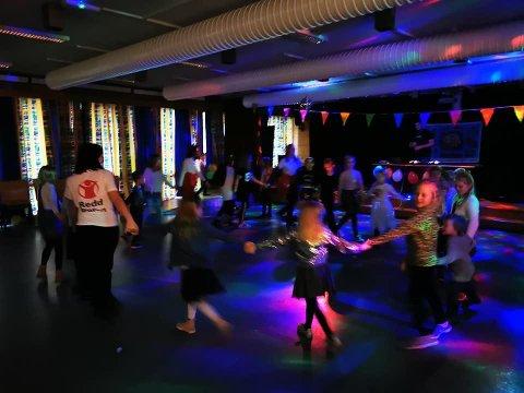 DANSAR I RING: 120 personar møtte opp då Redd Barna Sogndal inviterte til disko og pizza på Trudvang skule. Her er nokre av dei i aksjon på dansegolvet.