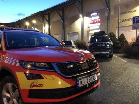 ALARM: Sogn Brann og Redning var raskt på staden og kunne melda falsk alarm attende til Alarmsentralen. (Foto: Renate Sæle)