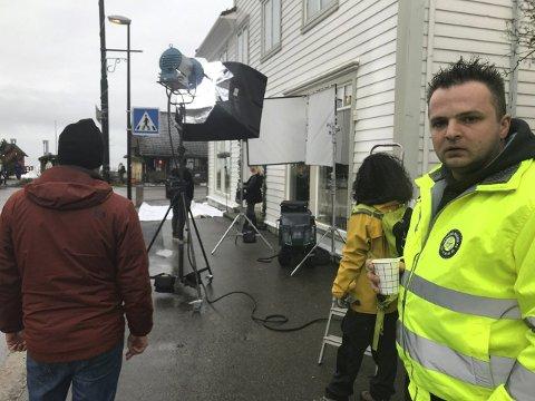 Sjåfør Adam Resztak (i framgrunnen) syter for at frisk snø frå Vikafjellet blir levert på staden i sentrum der filmopptaka skal gjerast.