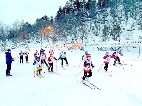 FULL FART I SPORET: Håkon Seim Lysne sender av garde dei eldste deltakarane i årets Telenor Cup på Seimsåsen. Nærare 30 ivrige løparar deltok.