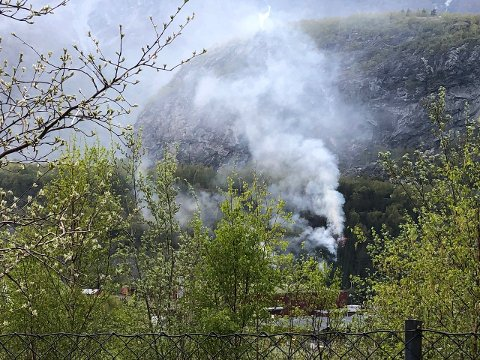 SPREDDE SEG RASKT: Brannsjefen seier brannen ved Ytre Moa viser kor turt det er i vegetasjonen rundt omkring etter ein varm og nedbørsfattig april. (Foto: Morten Sortland)