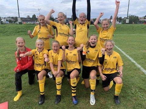 VIDARE: Syril jenter 13/14 er vidare til kvartfinale i Norway Cup etter å ha slege Loen 2-1. (Foto: Gro Linde)