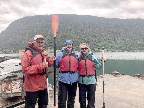 GLADE: Her er gjengen i Sogndal før dei starta kanoturen, glade og klare for å utforska Sognefjorden. F.v. Uli, Heike og Louisa. (Foto: Privat)