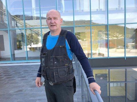 REGLANE GJELD: – Det har aldri vore lov å parkera nærmare enn fem meter frå kryss, sjølv om ein bur på Dalen eller i Bergen by, seier Svein Røysum.