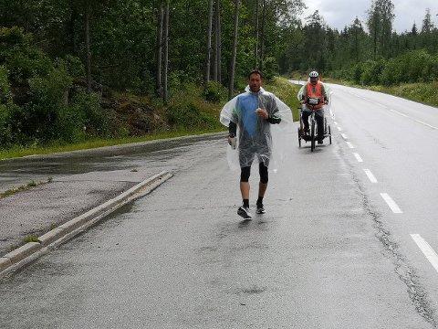 MÅTTE BRYTA: Rune Solheim er lei seg for at det «berre» vart 235 kilometer. På legevakta på Gol fekk han grei beskjed av legen om å slutta og springa. (Foto: Magne Knudsen)