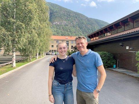 UT AV REIRET: Marie Tennefoss og faren Anders Tennefoss har køyrt i lag frå Bergen til Sogndal folkehøgskule. Men heim att skal far køyra åleine.