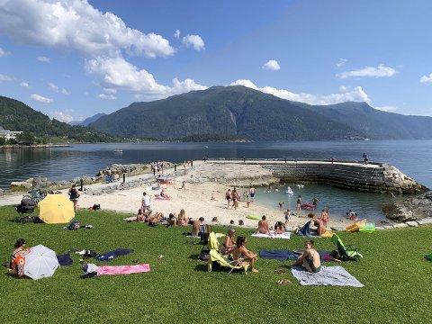 BADELIV: I sommar nytta mange varme dagar til bading. Fotoet er frå Balestrand. (Arkivfoto)