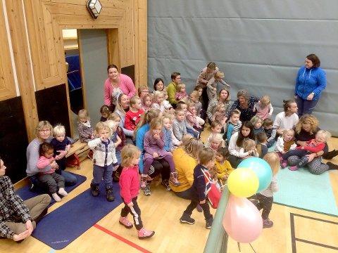 JUBILEUMSFEST: Spente små og store på 30-års jubileumsfest for Gamlestova barnehage. Her gjer dei seg klare til å syngja for føresette og bygdefolk. (Privat foto)