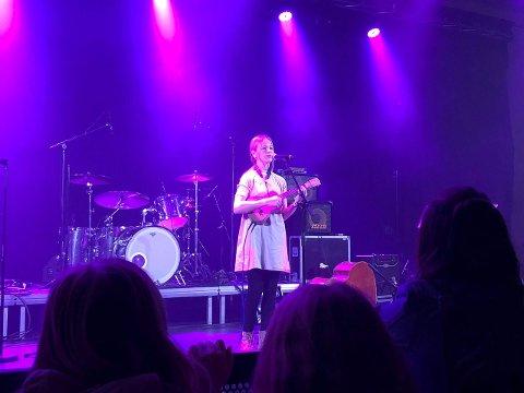 IMPONERTE: Liva Åsnes Skjerdal (13) imponerte publikum med fleire songar på ungdomskonserten. (Foto: Wenche Schanke Eikum)