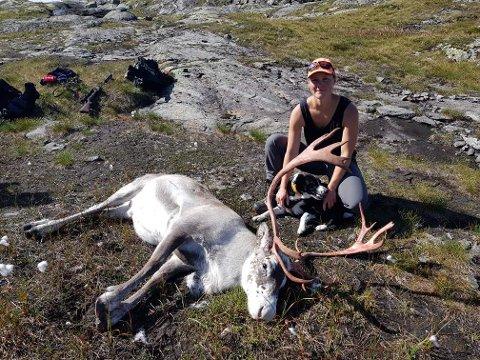 TOPP KVALITET: Hildegunn Mugaas felte denne reinsbukken som hadde ei slaktevekt på 55 kilo.
