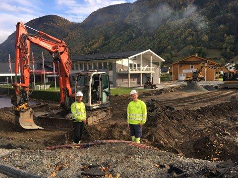 SENTRUMSLØFT: Fosse maskin-arbeidarane Thomas Hjortland og Håvard Lundeland er godt i gong med å få skikk på ny innkøyring til Blix hotell.