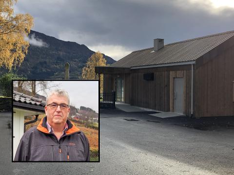 NØGD: Kyrkjeverje Morten Rørstadbotten er nøgd med det nye huset dei har fått på plass ved Hafslo kyrkje.