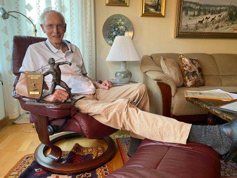 GOD TIL BEINS: Tore Sviggum fekk sin heidersplakett for 25 år med idrettsmerket allereie i 1972, men har ikkje tenkt å gje seg.