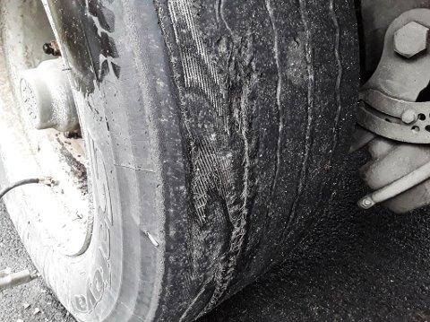 SLITE: Slik såg dekket til eit utanlandsk vogntog ut. Vogntoget blei stoppa av Statens vegvesen i Førde.