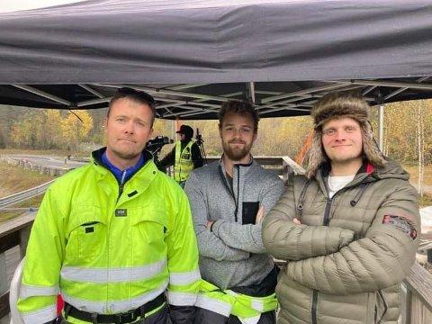 GOD STEMNING: Rolan Skartun, Sigmund Dalaker og Vegard Nes Olsen underheld så godt dei kan frå kommentatorboksen på Kaupanger Driftweekend.