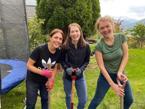 TRE GODE VENINNER: Siv Kristine Hovland, Andrea Fardal Opseth og Sigrid Zurbuchen Heiberg, her framleis optimistiske til at dei skal finna boksen dei grov ned for sytten år sidan.