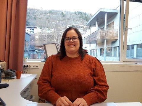 PÅ PLASS: Veronika Røysum Haug har kontoret sitt på Sogndal helse og omsorgssenter, der ho også jobbar som kreftsjukepleiar i tillegg til den 50 prosent stillinga som kreftkoordinator.