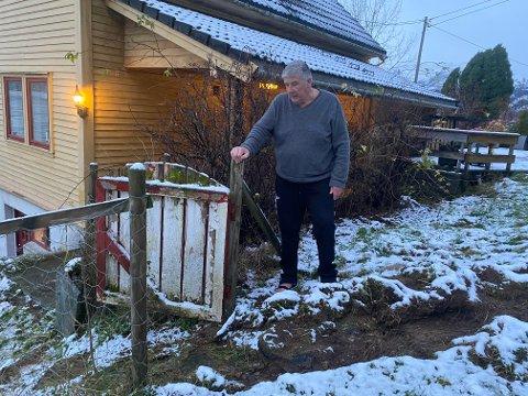 TAKKAR BRANNMANNSKAP: Atle Jakobsen fekk ti brannfolk i tunet då vassmassane truga huset. Dei grov denne grøfta, som leia vatnet vekk frå huset.