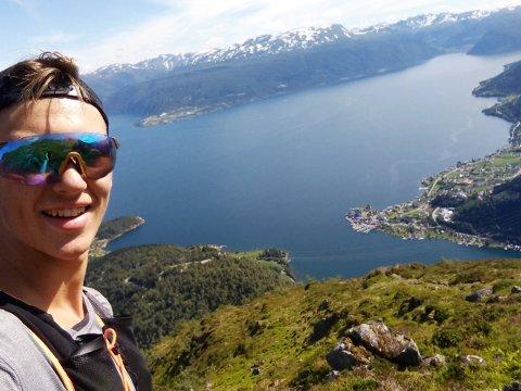 SPREK KAR: Trym Dalset Lødøen kom seg frå fjorden og opp til Tjugatoten på under timen. I bakgrunnen ser me Holmen.