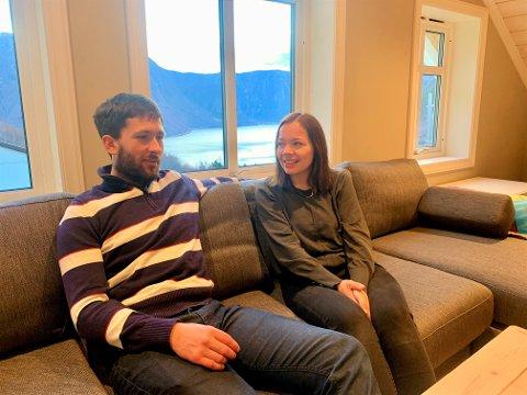 OVERSYN: Geir Nyland (32) og Stine Gruben Breivik (35)  hadde nett pussa opp bustaden sin då dei fekk sjansen til å kjøpa gard. den sjansen berre måtte dei ta. No har dei godt oversyn over Seimsdalen og Sognefjorden.