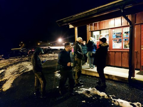 SIKRA SEG: Sogn skisenter selde sesongkort som varmt kveitebrød på skibytekvelden. Her står folk i kø for å sikra seg fri tilgang til løypene når snøen kjem.