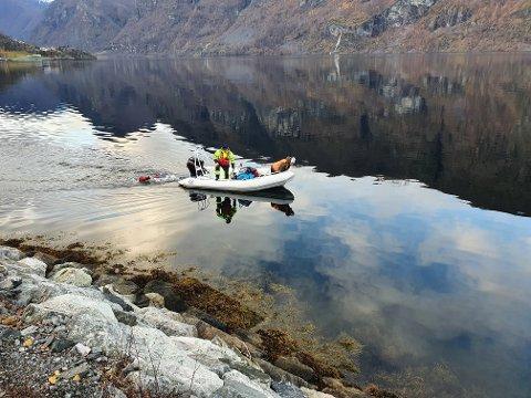SAUMFARER FJORDEN: Store delar av fjorden blir gjennomgått av Røde Kors laurdag. Fotoet viser mannskap frå Sogndal i Aurland.