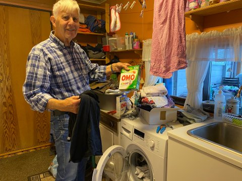 TO SORTAR: At ein bør ha to sortar vaskepulver til kvite og farga klede, var ny kunnskap for Ingemår Fosshagen som aldri hadde vaska klede før.