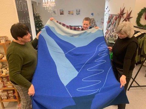 POULÆRT PLEDD: Sofie Dokken Andersen, i midten, saman med Laila Hansen og Ann Merete Sviggum med den blå utgåva av aordalspleddet.