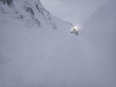 RYDDING: Vinteren har festa grepet på Vikafjellet, og sesongens første snøskred la seg over vegbana torsdag.