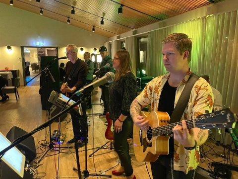 KJEMPEKVELD: Birger Sjømellingen og bandet Ein te leverte topp innsats på Blix-quizen.