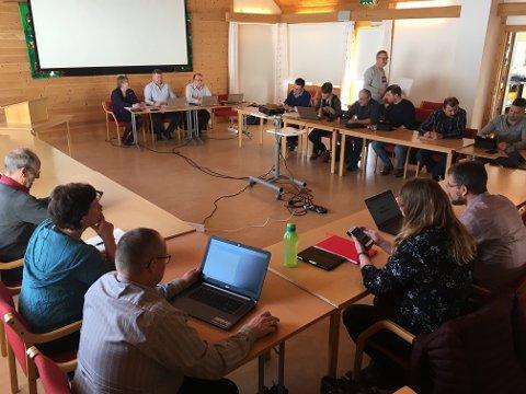 RASKE: Kommunestyret i Vik tok tilrådinga frå formannskapet til seg, og brukte berre nokre minutt på å avgjera at skulen i Fresvik kan leigast ut til privatskulen.