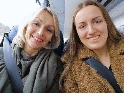 UNDERVEGS: Wenche Torvanger og dottera Silje Torvanger på bussen undervegs til Oslo. Dei reiser vidare derifrå til kokke-OL i Stuttgart der Tonje Torvanger er ein del av kokkelandslaget til Noreg.