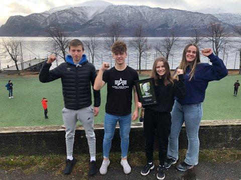 VINNARLAGET:  Aleksander Slinde, Fredrik Skårhaug Talle, Kristin Fredheim og Ingrid Hovlid ved Leikanger ungdomsskule.