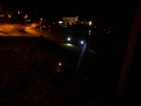 LEITEAKSJON: Det vart gått manngard langs fjorden natt til søndag for å leita etter personen som fredag vart meldt sakna i Balestrand.