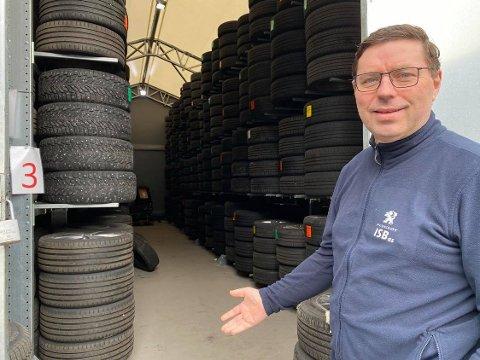 MERKAR GODT KORONAKRISA: Alf Roger Lereng ved IndreSogn Bil i Øvre Årdal merkar godt koronakrisa. – Eg har aldri opplevd makan.