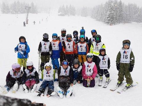 GLADE HOPPARAR: Denne gjengen deltok i SFE-cup på Vik skisenter søndag.