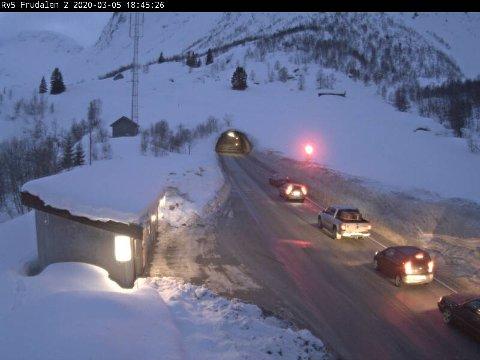STENGT: Frudalstunnelen på riksveg 5 mellom Sogndal og Skei er stengd torsdag ettermiddag.