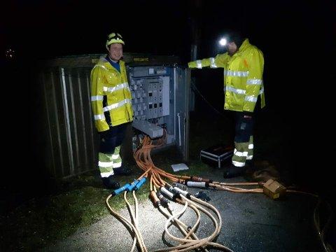 STRAUMBROT: Energimontørane Sindre Espeland Aase (t.v.) og Anders Dregelid stod på for å finna feilen i Arnafjorden i natt.